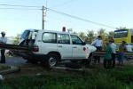 Thanh hộ lan cầu đâm xuyên xe cứu thương
