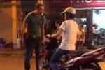 Phố đi bộ Hà Nội: Cô gái bị 'ông Tây' bắt xuống dắt xe