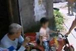 Bé 3 tuổi liều mình lái xe đồ chơi tìm mẹ