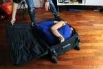 Sửng sốt cô gái gấp gọn người trong vali