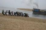 Tàu cá chở 7 ngư dân bị mắc cạn ở Trường Sa