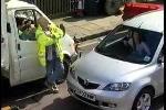 Clip: Nữ tài xế đỗ xe theo kiểu 'không thể tin nổi'