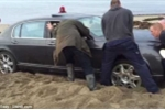 Clip: Giải cứu siêu xe Bentley 'mắc cạn' trên bãi biển