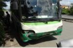Xe buýt đâm xe con, hàng chục hành khách hoảng loạn