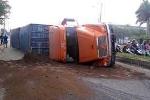 Nổ lốp khi đang chạy, xe container lật ngang