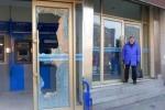 Cụ bà 88 tuổi 'hổ báo' đập tan cây ATM khi chồng không rút được tiền