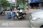 Hà Nội: Phân làn bằng thùng phuy, người đi đường ngã dúi dụi