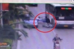 Clip: Mở cửa ô tô bất cẩn gây tai nạn chết người