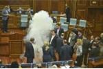 Video: Nghị sĩ Kosovo ném bom khói gây náo loạn phiên họp Quốc hội