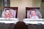 Clip: Hai bé sinh đôi lắc lư theo tiếng đàn của bố cực đáng yêu