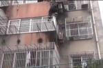 Pha giải cứu em bé mắc kẹt trên ban công nhà cao tầng