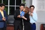 Hoài Linh bị khách mời 'cưỡng hôn' trên sân khấu