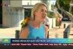 Clip: Nữ phóng viên bị vẹt quấy rối trước giờ lên sóng trực tiếp