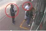 Clip: Hai gã đàn ông dàn trận cướp tiền táo tợn ở cây ATM