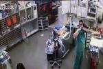 Cười vỡ bụng màn chơi khăm đồng nghiệp bất thành của bác sỹ