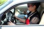 Khi lái xe, phụ nữ cần tránh làm những việc nguy hiểm này