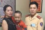 CSGT Hà Nội giúp bé trai bị lạc tìm được mẹ