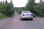 Kỳ lạ hiện tượng ô tô tự lùi lên dốc ở Canada