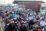 Kẹt xe 7 tiếng đồng hồ, tài xế ngủ trên xa lộ Hà Nội