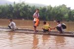 Học sinh đi bè mảng vượt sông dữ tới trường