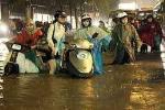 TP.HCM: Hàng trăm xe máy bì bõm lội nước lũ