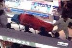 Nhảy lầu tự tử ở trung tâm thương mại