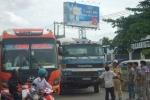 Bị xe tải tông, chặn đầu xe khác bắt đền