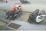 Táo tợn trộm xe tay ga giữa phố đông đúc