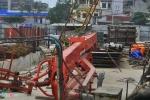 Ảnh: Cần cẩu khổng lồ đổ sập giữa phố Hà Nội