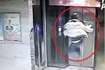 Clip: Song phi đạp vỡ cửa thang máy, nam thanh niên gãy cả 2 chân