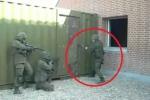 Phì cười clip lính đặc nhiệm Rumani phá cửa bằng búa