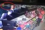 Clip: Cầm dao rựa đi cướp cửa hàng bị nhân viên vác kiếm samurai đuổi đánh