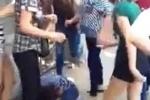 Một thiếu nữ bị đánh hội đồng trên phố