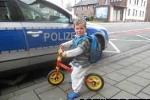 Bé 2 tuổi  đạp xe 5 cây số thăm bà ngoại nằm viện