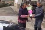 Clip lão nông lần đầu tặng hoa cho vợ gây 'sốt' cộng đồng mạng