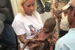 Những hình ảnh rơi nước mắt về 'em bé Nigeria sắp chết đói uống nước'