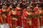 Nữ sinh trung học duyên dáng trong lễ trưởng thành