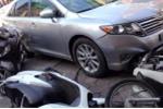 Hà Nội: Tài  xế ngủ quên khi lái xe, ô tô lao lên vỉa hè