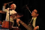 Clip: Tay trống 75 tuổi trình diễn cực sung, 'lấn át' ca sĩ trên sân khấu