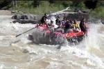 Shakira chèo, Pique chỉ huy, thuyền lật nhào trên sông