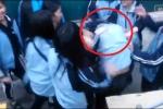 Clip: Nữ sinh bị đánh hội đồng, nam sinh dửng dưng