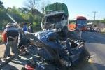 Hai xe tải tông trực diện, 2 người chết kẹt trong cabin