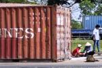 Container gạo lật giữa đường, dân giúp tài xế bảo vệ hiện trường