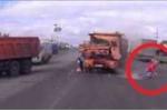 Clip: Người đi bộ thoát chết thần kỳ sau va chạm xe tải