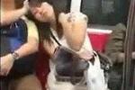 Cô gái kỳ quặc liên tục đòi tựa vai, gác chân nam thanh niên trên tàu điện