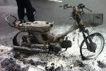 Hà Nội: Xe máy cháy trơ khung sắt giữa mưa