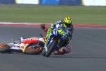 Video: 'Vua tốc độ' MotoGP dùng chân đạp đổ xe đối thủ
