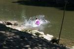 Cảm động cảnh cô dâu cứu em bé sắp chết đuối