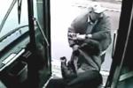Tài xế xe buýt đấm khách như xã hội đen