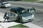 Clip: Vợ bị kẹt cửa, chồng lái xe kéo lê vợ trên phố